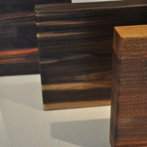 Pracovní deska z masivního dřeva (je hodně náchylná na teplé předměty a na vlhkost okolo dřezu) - náročná na údržbu