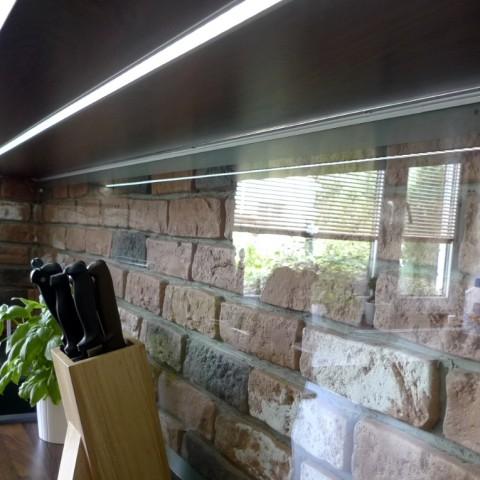 Čiré sklo - někdy je škoda stěnu za kuchyní skrýt...