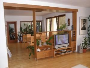 obývací stěna oddělující jídelnu