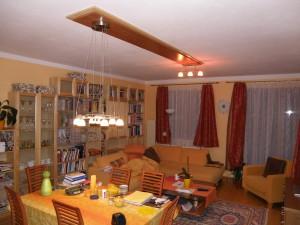 pohled do obýváku se světelným podhledem